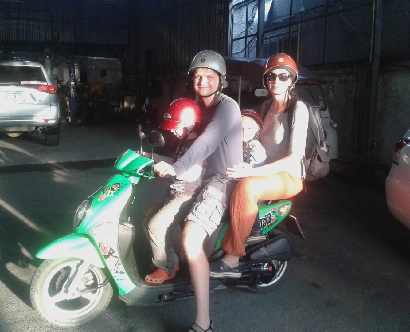 Rodzina na skuterze w Tajlandii