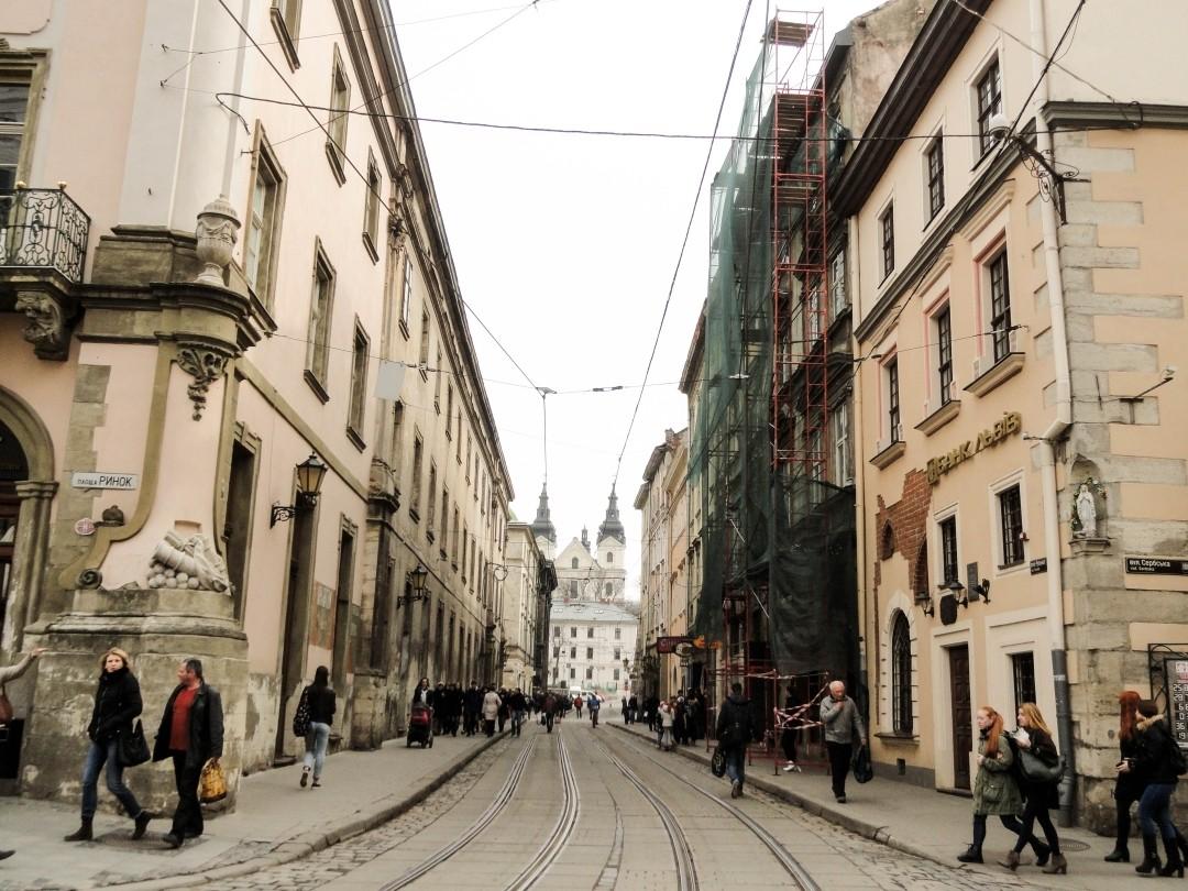 Lwów. Ulica Ruska z dalekim profilem Wołoskiej cerkwi