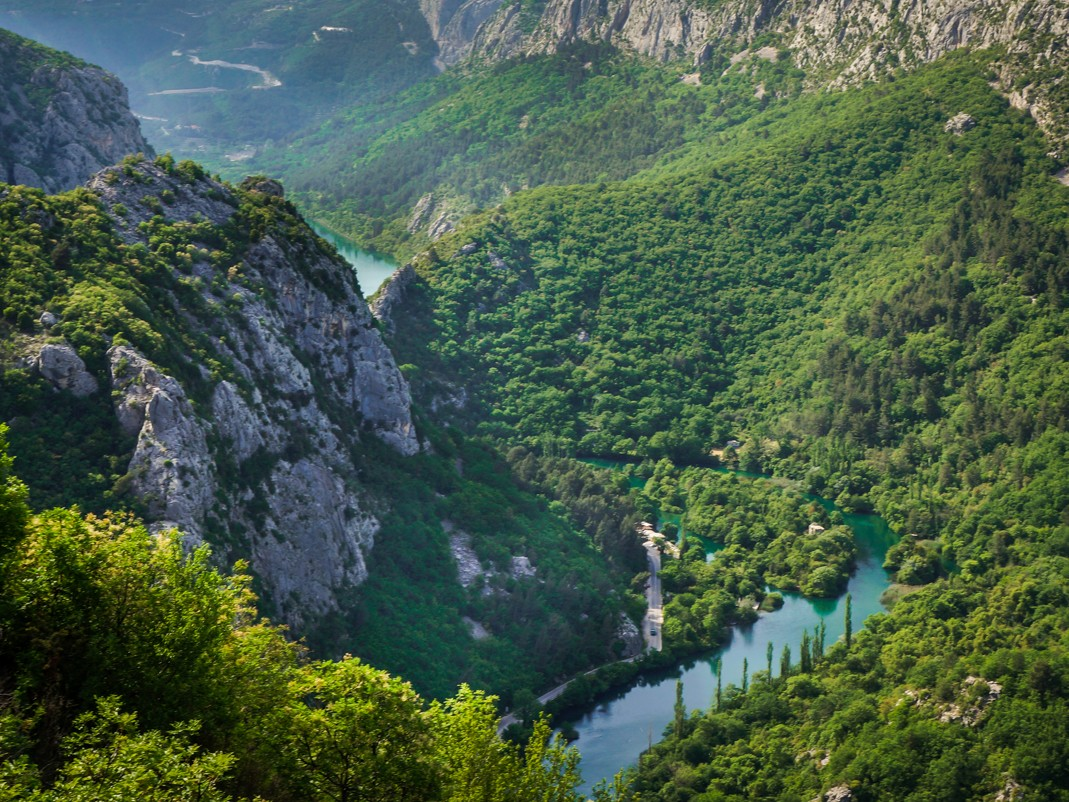 Omiš. Widok na kanion Cetiny z punktu widokowego na szlaku do Visuc Gradu. Atrakcje Omiša