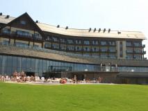 Hotel Arłamów. Widok od strony basenów. Fot: slodkimszlakiem.wordpress.com