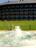 Widok na hotel Arłamów z zewnętrznego jacuzzi. Fot: slodkimszlakiem.wordpress.com
