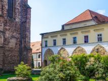 Dawne opactwo cysterskie w Kamieńcu Ząbkowickim. Widok z wewnętrznego dziedzińca na kościół p.w. Wniebowzięcia NMP.