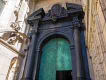 """Wejście do Katedry na Wawelu z """"kośćmi smoka"""""""