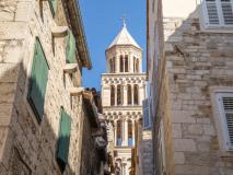 Split. Dzwonnica katedry widziana z uliczki starówki