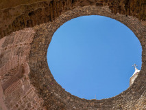 Split. Niebo widziane przez otwartą kopułę westybulu