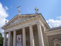 Św. Helena oraz św. Stanisław i św. Kazimierz na szczycie katedry