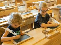 Dziecko z piórem. Obraz w drewnie. Muzeum Beskidzkie