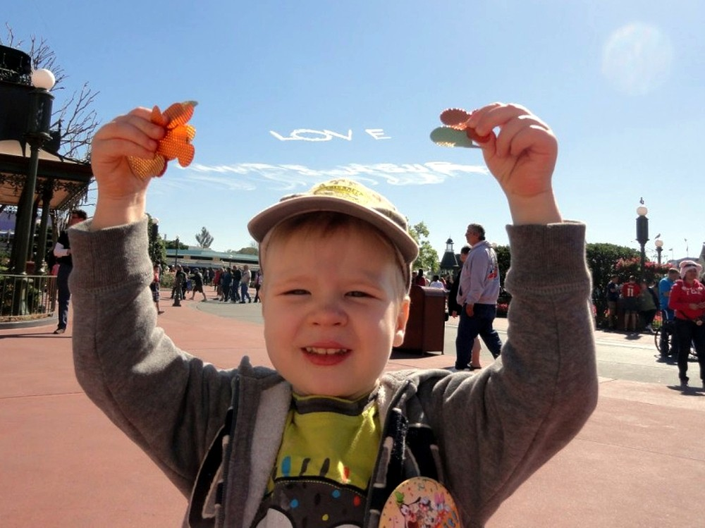 Maciek i smugi kondensacyjne w Magic Kingdom