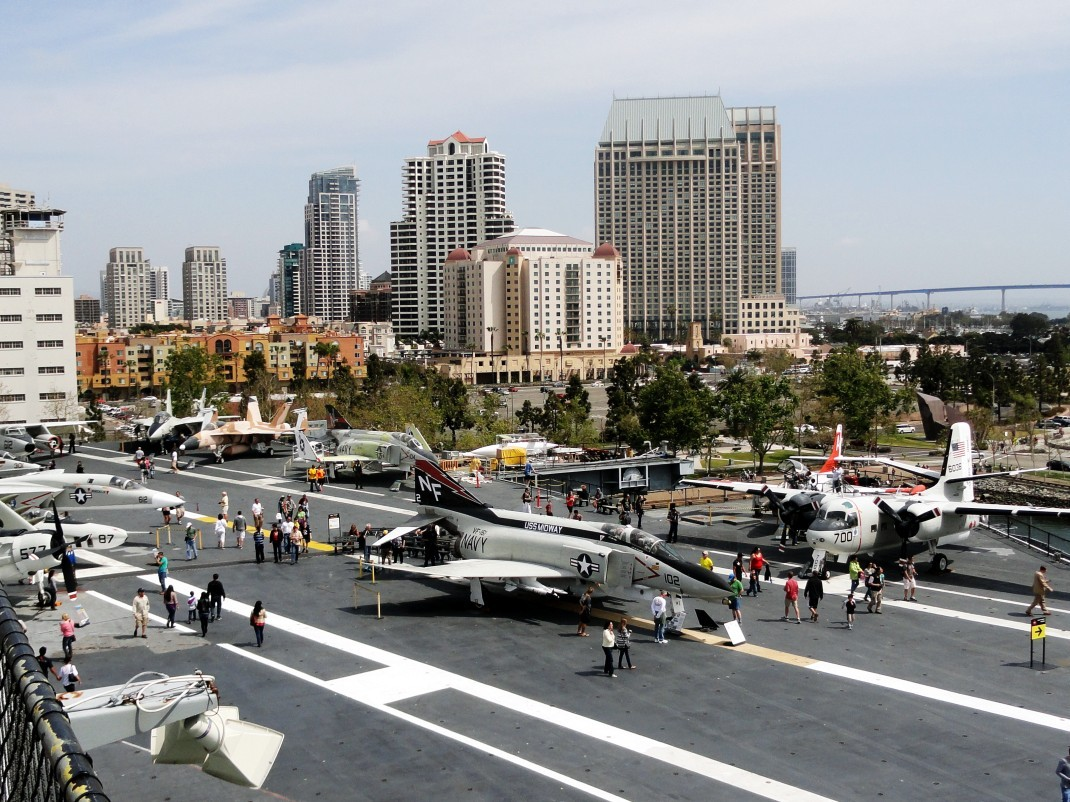 USS Midway na tle San Diego