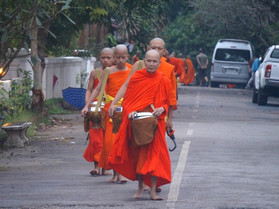 Mnisi na ulicach Luang Prabang