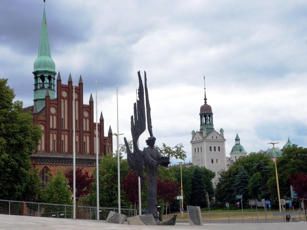 Plac Solidarności, Szczecin. Z tyłu po lewej kościół św Piotra i Pawła, z prawej Zamek Książąt Pomorskich