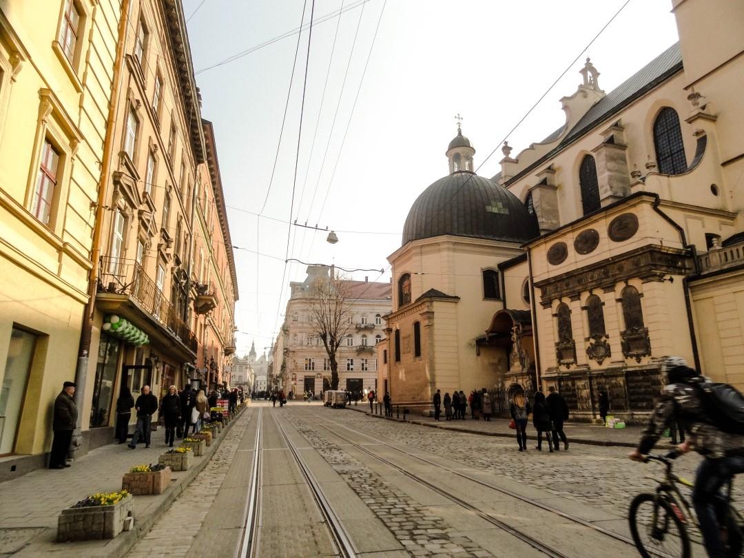 Lwów. Wąskie tory tramwajowe prowadzące na Rynek