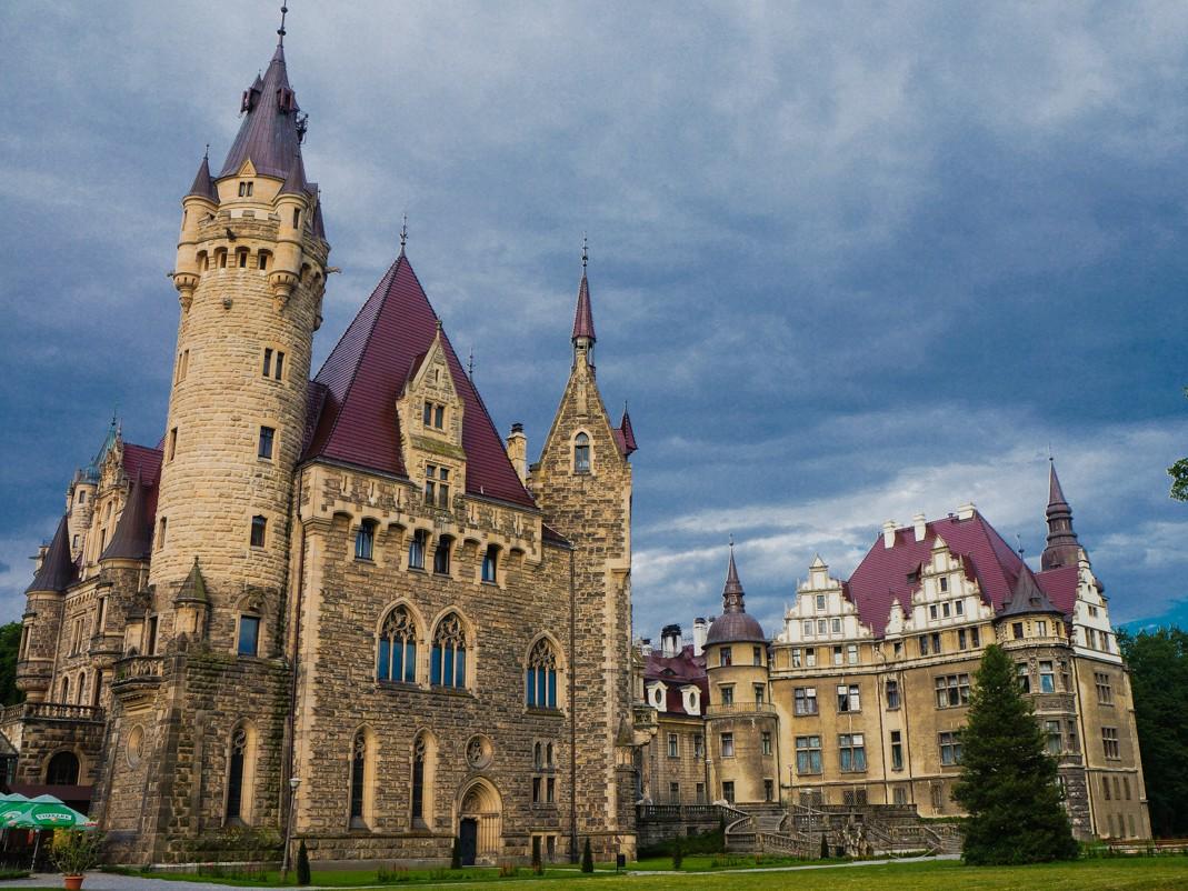 Zamek w Mosznej. na pierwszym planie wschodnie skrzydło