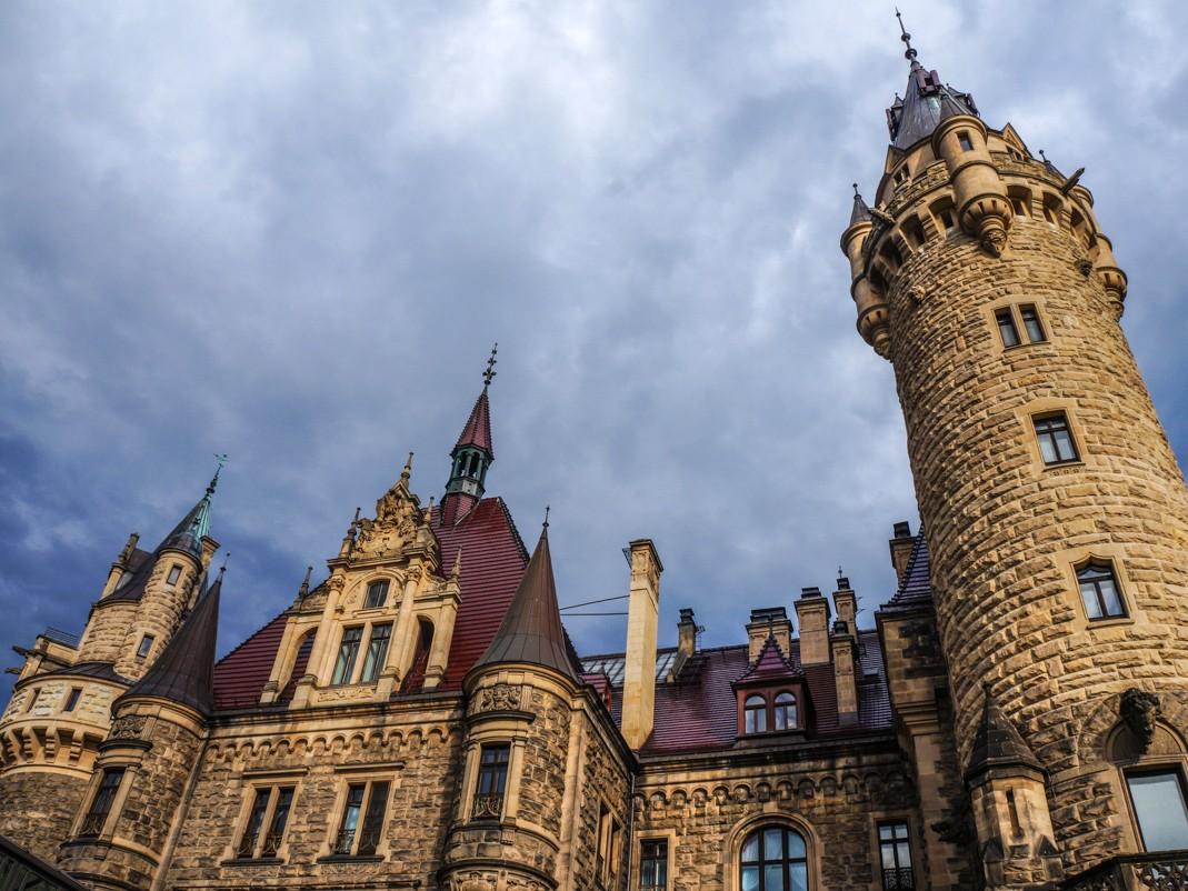 Zamek w Mosznej. Spadziste dachy i wieżyczki wschodniego skrzydła