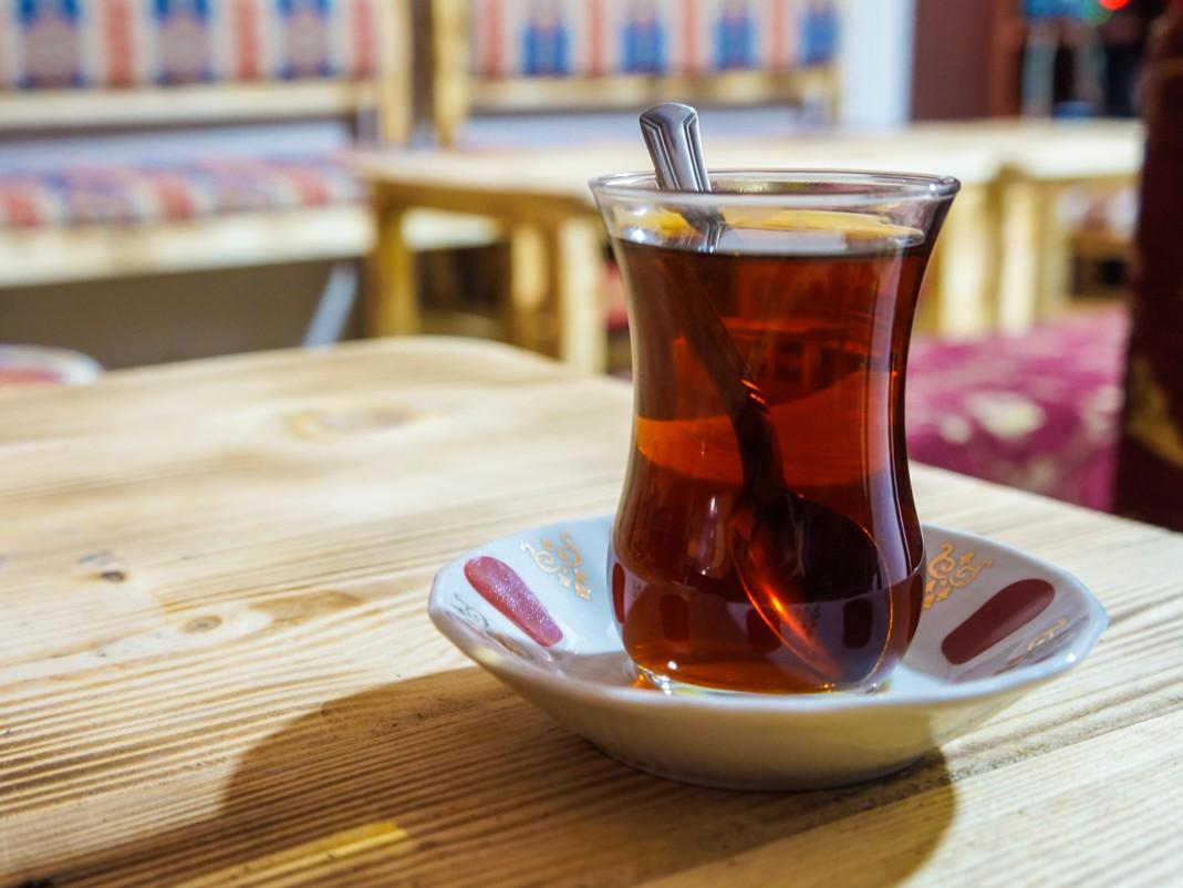 Klasyczna turecka herbata. Co jeść w Stambule