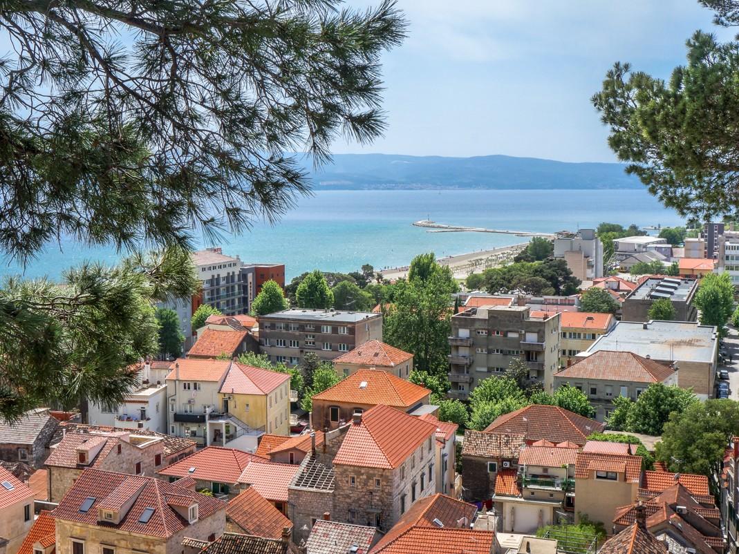 Omiš. Widok na stare i nowe miasto oraz plaże i Wyspę Brac