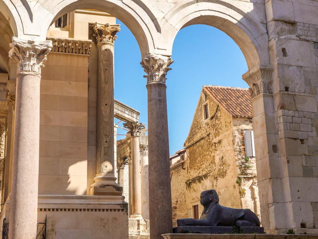 Atrakcje Splitu. Sfinks na perystylu